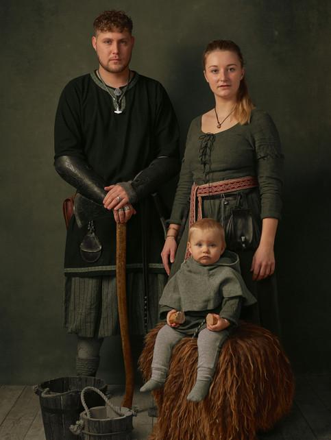 Portræt af David Wittenburg og  Camilla Svingfors med deres datter Ida i deres vikingedragter. Frederikssund Vikingespil projekt. Frederikssund, Danmark.