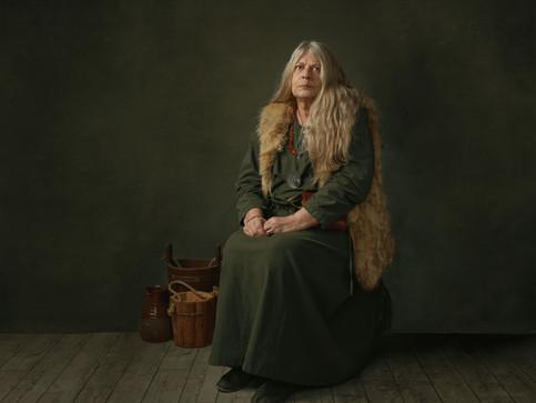 Portræt af Vigdis Rasmussen i sin vikingedragt. Frederikssund Vikingespil projekt. Frederikssund, Danmark.