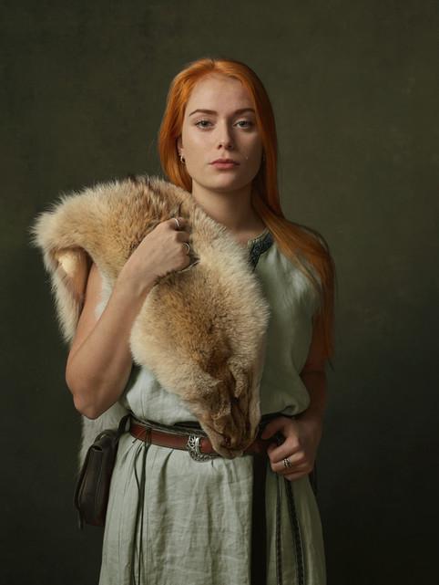 Portræt af Rebecca Stensballe i sin vikingedragt. Frederikssund Vikingespil projekt. Frederikssund, Danmark.