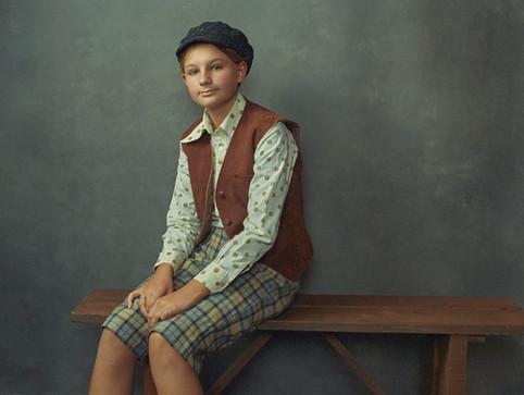 Portræt af Liva Brandt Frøslev i sit kostume til Folk og Røvere i Kardemomme By. JAS bogprojekt. Jægerspris, Danmark.