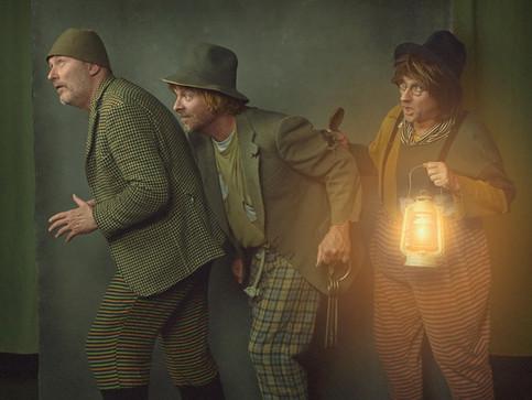 Portræt af Tom Lysgaard, Jesper Rahbek og Jan Kristensen i deres kostumer til Folk og Røvere i Kardemomme By. JAS bogprojekt. Jægerspris, Danmark.