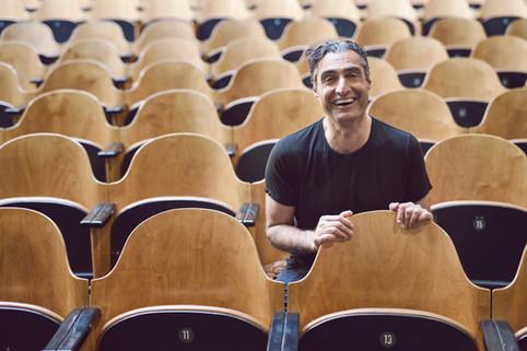 Portræt af Farshad Kholghi. Bellevue Teatret, Klampenborg, Danmark.