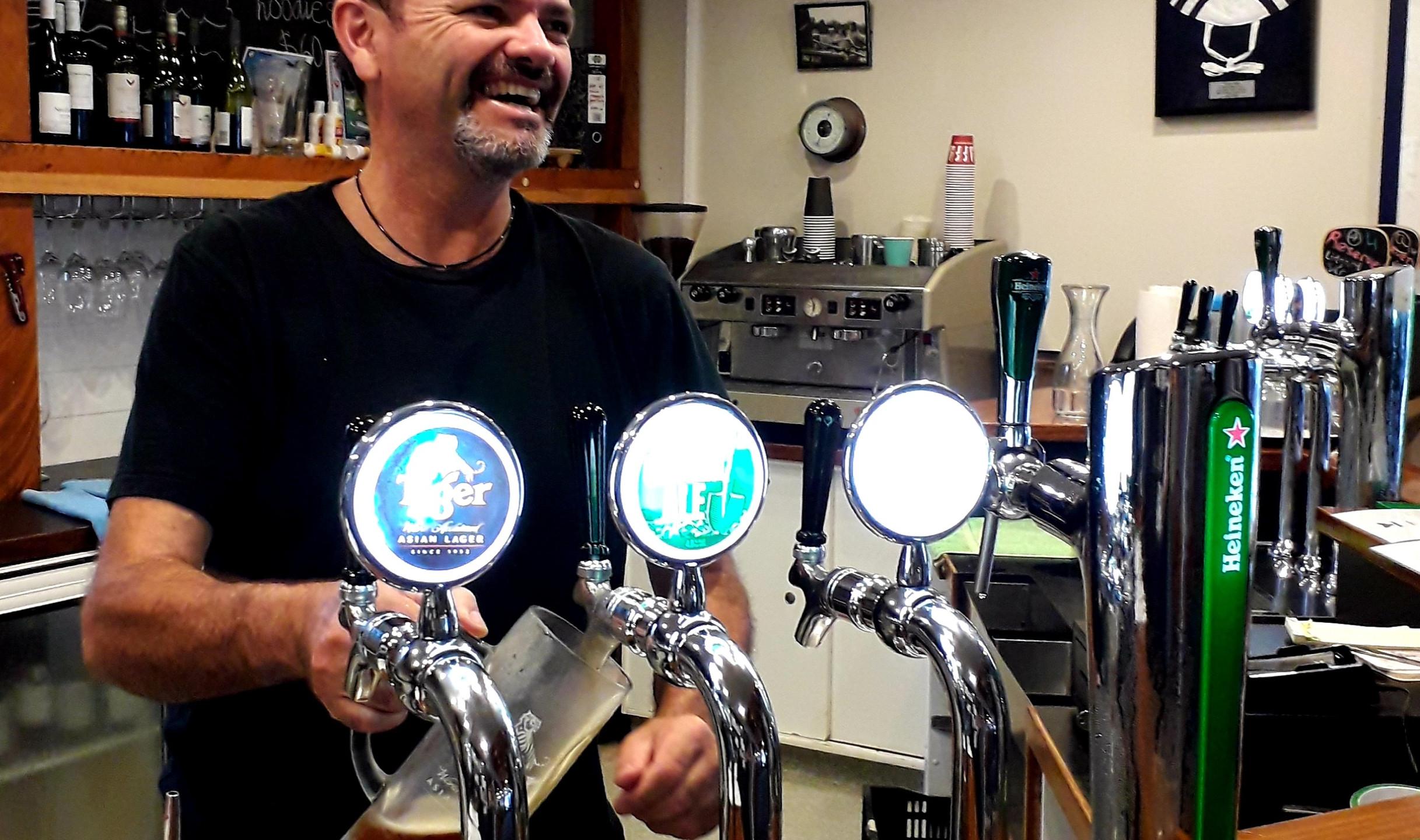 Une bonne bière pression et un grand sourire au Social club Restaurant ©Taina CALISSI