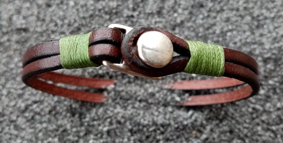 Bracelet en cuir et fermoir bouton plaqué argent