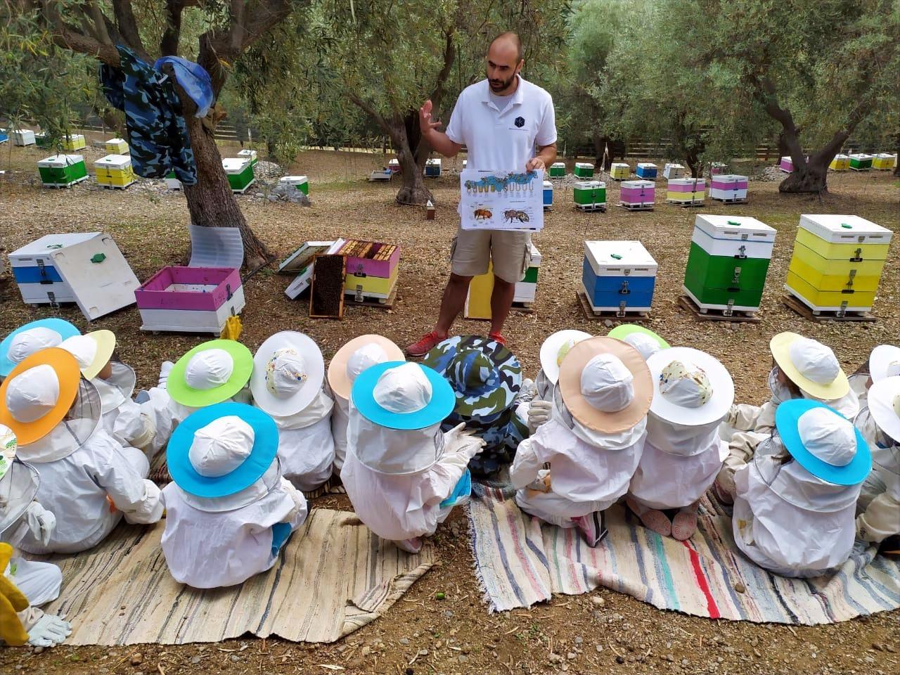 Τα παιδιά είναι το μέλλον. Σώστε τις μέλισσες!