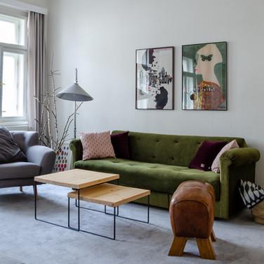 Filmové plakáty a sametový gauč dodají šmrnc městskému bytu