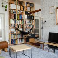 Knihovna do stropu s houpačkou