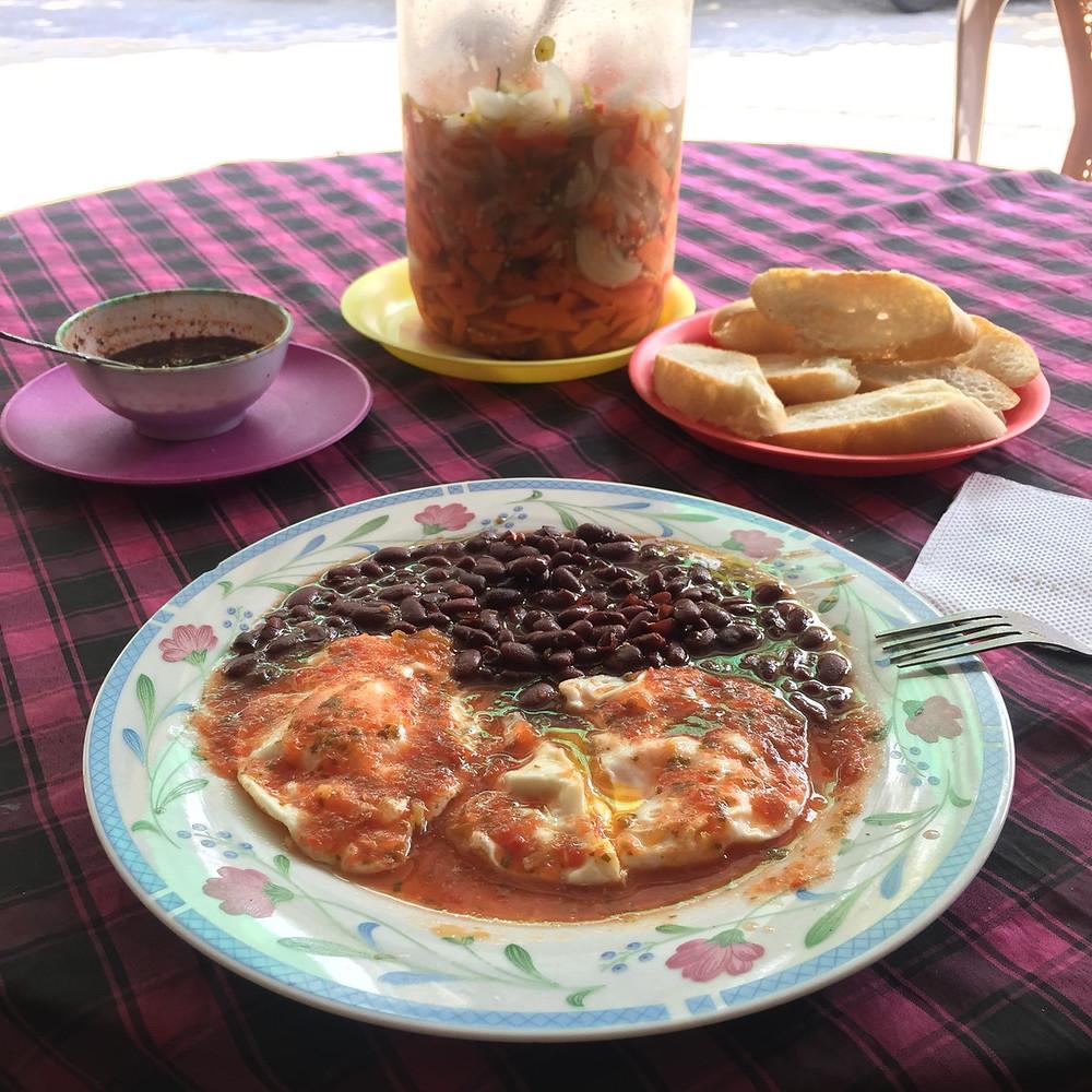 デサユーノ 朝食 グアテマラ リビングストン