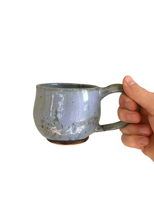 Lyseblå kopp i keramikk
