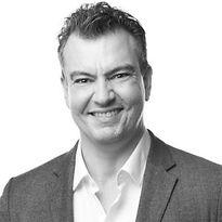 Alex Kjerulf es fundador y Chief Happiness Officer en  Woohoo Inc. Experto en temas de la felicidad, con estudios de maestria en la Universidad del Sur de Dinamarca, autor de 4 libros, incluyendo un bestseller que ha sido traducido en más de 5 idiomas, orador y conferencista en temas de felicidad en el trabajo, contando con clientes de talla internacional, como LEGO, Microsoft, e IBM.