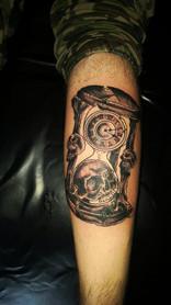 Totenkopf mit Sanduhr Tattoo