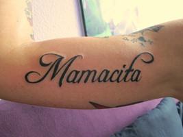 Schriftzug Tattoo Oberarm