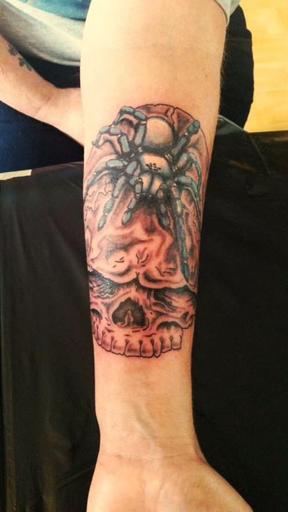 Spinne mit Totenkopf Tattoo