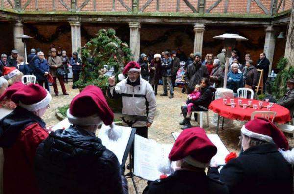 Singers entertain the shoppers inside the château courtyard