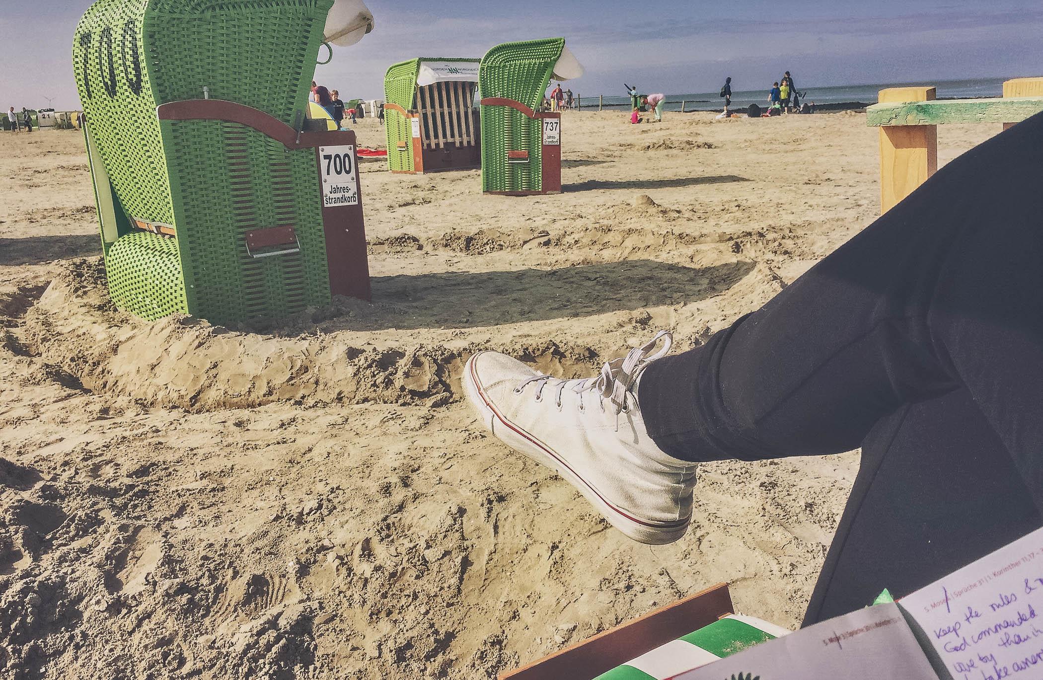 Buch lesen im Strandkorb