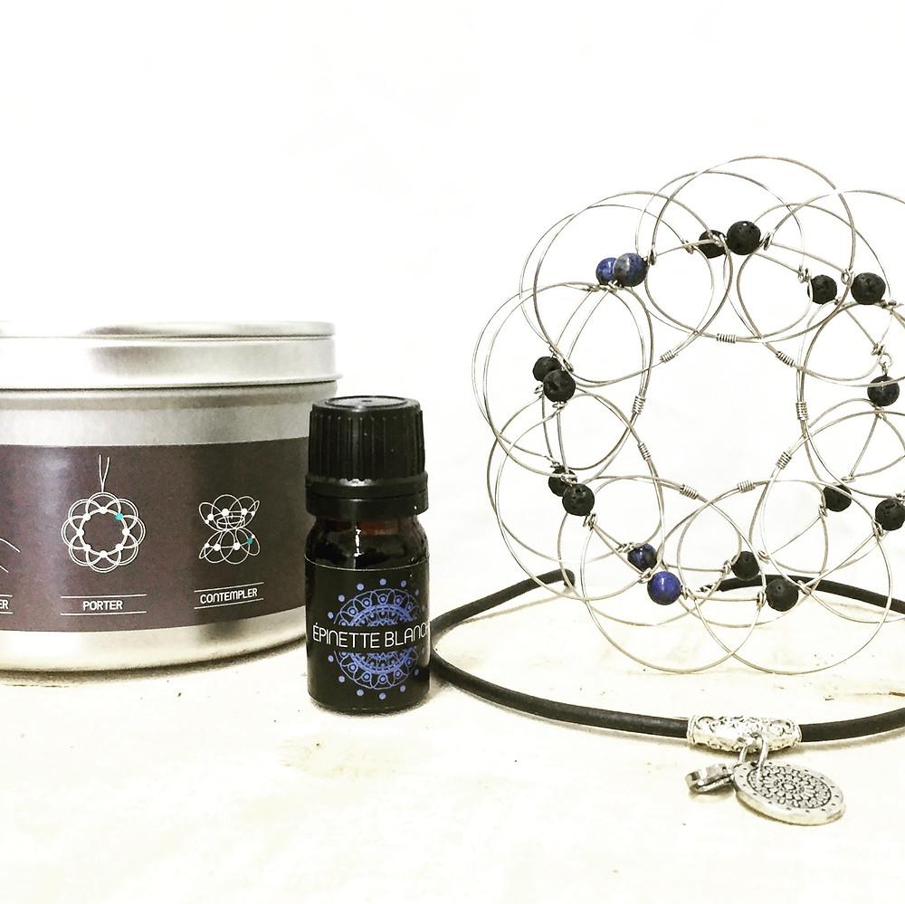 Mandala tri-dimensionnel avec billes de pierre volcanique et Lapis Lazuli. accompagné d'huile essentiel d'épinette blanche. Se porte en pendentif et en collier.