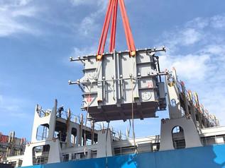 Transformadores de grande porte são embarcados no Porto de Imbituba