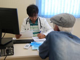 Prefeito e médico, Rosenvaldo Júnior, atendeno posto de saúde do bairro Campo da Aviação