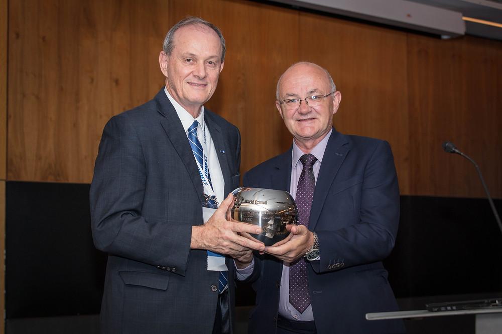Manfred Dasenbrock, presidente da SicrediPar e da Central Sicredi PR/SP/RJ e conselheiro do Conselho Mundial das Cooperativas de Crédito, recebe o Grouth Award das mãos do presidente do Woccu, Brian McCrory