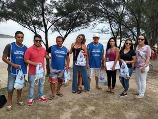 Ambulantes fazem limpeza na região do Canto da Praia da Vila