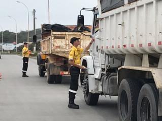 Blitz conscientiza motoristas sobre derramamento de cargas nas vias