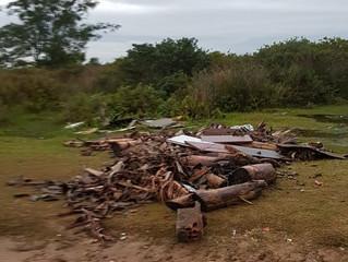 Entulhos são depositados em Área de Preservação Permanente (APP) de Imbituba