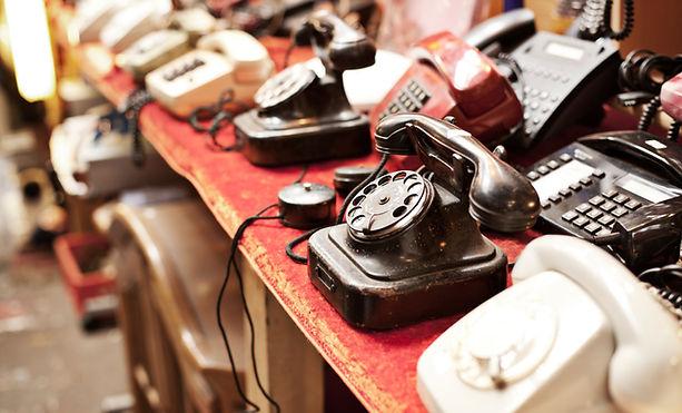 telefones antigos em uma fileira