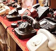 téléphones anciens dans une rangée