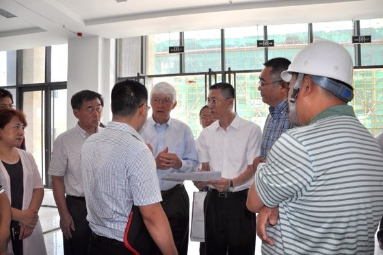 罗杰院士考察青龙湖高新产业园