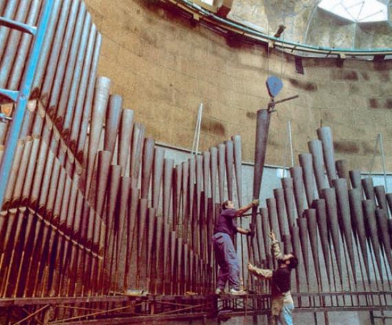 Construcción de la Puerta de entrada al complejo, inspirada en los grandes órganos de tubos