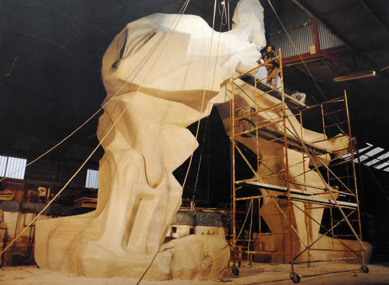 Construction de la sculpture El Hombre Arco à son emplacement initial