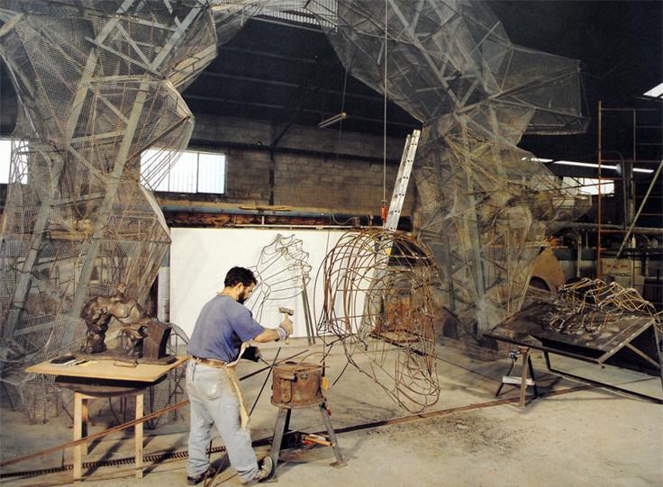 Construcción de la escultura El Hombre Arco en su ubicación inicial
