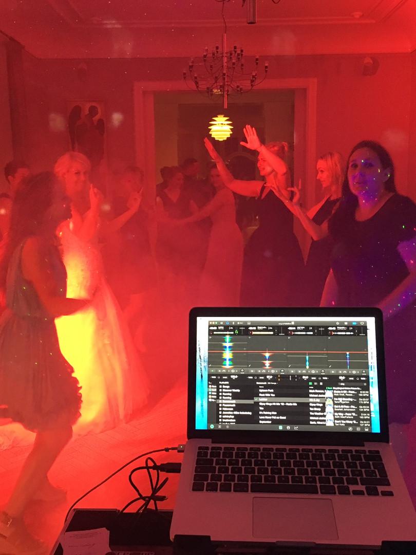 Bryllup ved Sjælsø. Billedet er taget sidst på aftenen hvor de sidste gæster lige skal danse en sidste dans.
