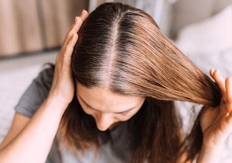 La cure de sébum ou pourquoi ne pas se laver les cheveux pendant 1 mois.