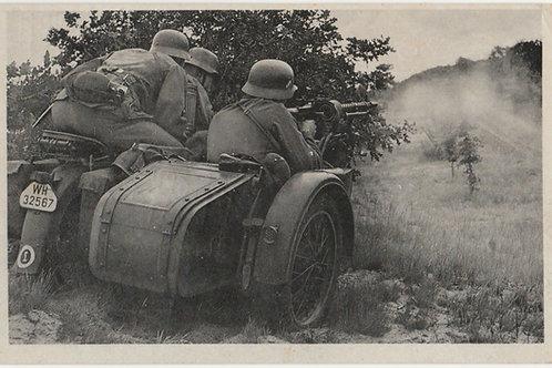 "Postkarte/Postcard Kradschütze ""An die Deckung heran...feuer"""