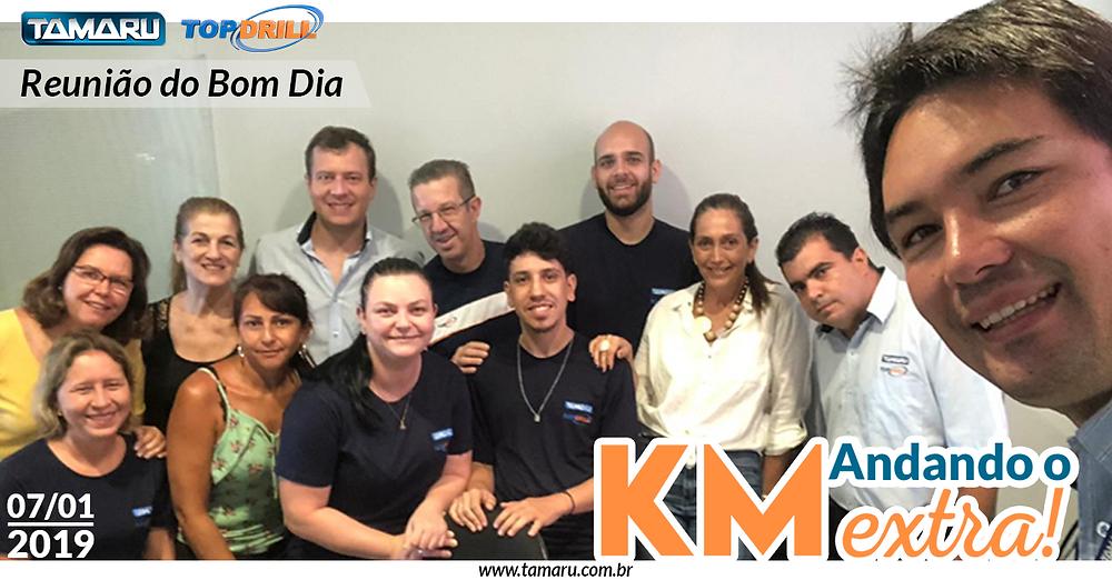 Equipe reunida para a primeira Reunião do Bom Dia, abordando a importância do KM Extra