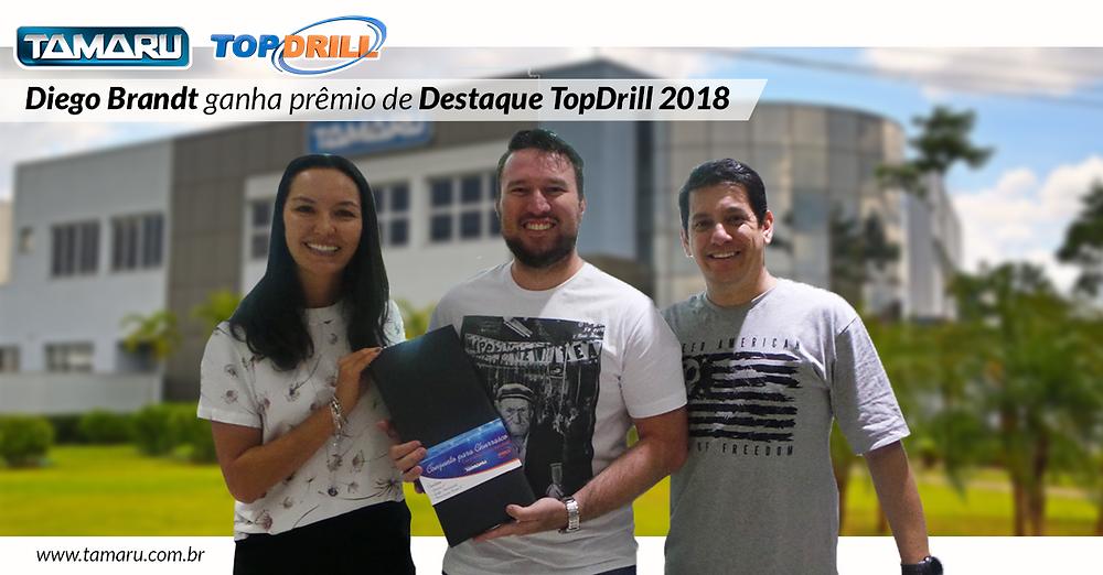Na imagem, Jussara, Diego e Luis após a entrega do prêmio de Destaque 2018