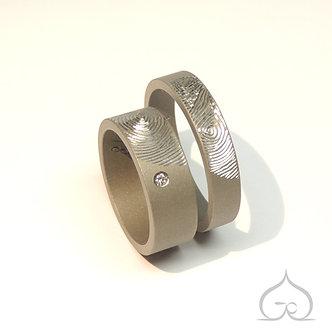 alliances titane mat gris avec empreintes gravées