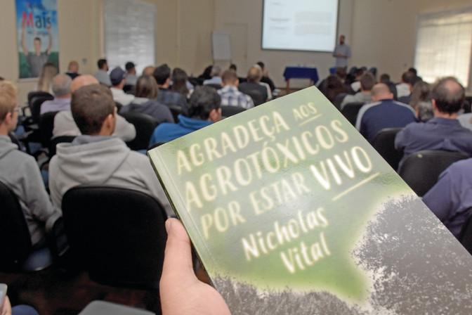"""Nicholas Vital, autor do livro """"Agradeça ao agrotóxico por estar vivo"""", fez palestra em Ponta G"""