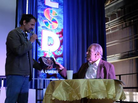 """Stanislav Grof převzal na konferenci """"75 let LSD ve vědě a umění"""" cenu Nautila za celoživotní přínos"""