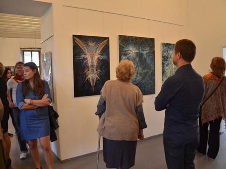 Fotky z vernisáže výstavy holotropního umění v Linhartovech