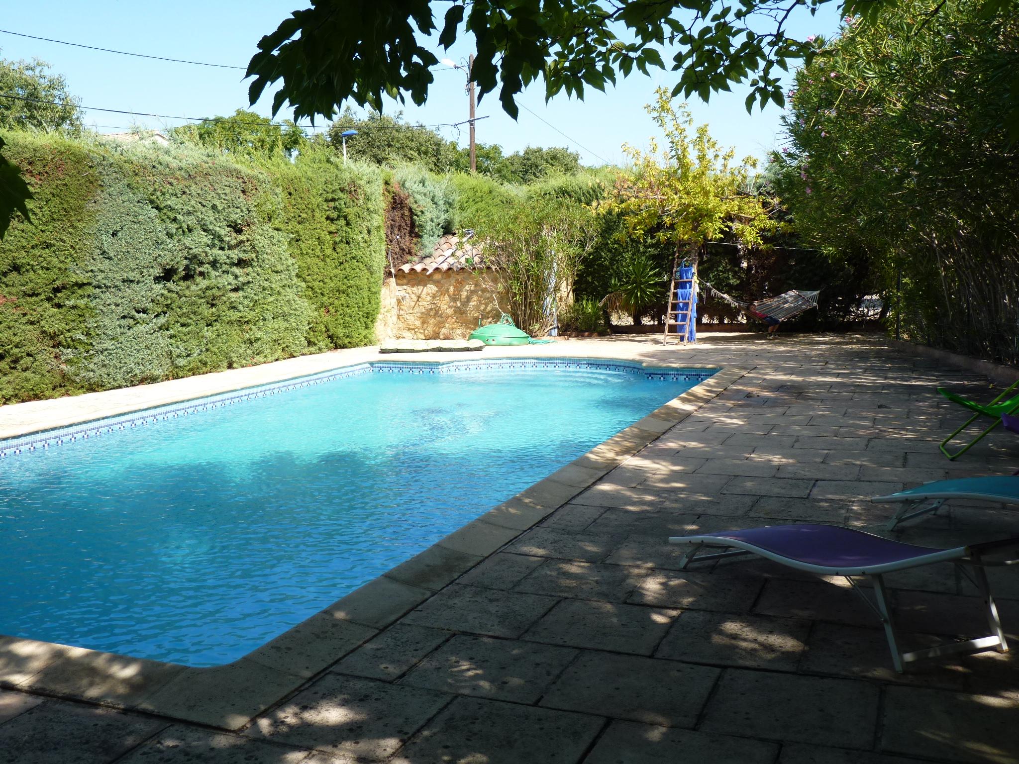 piscine clôturée sécurisée ombragée