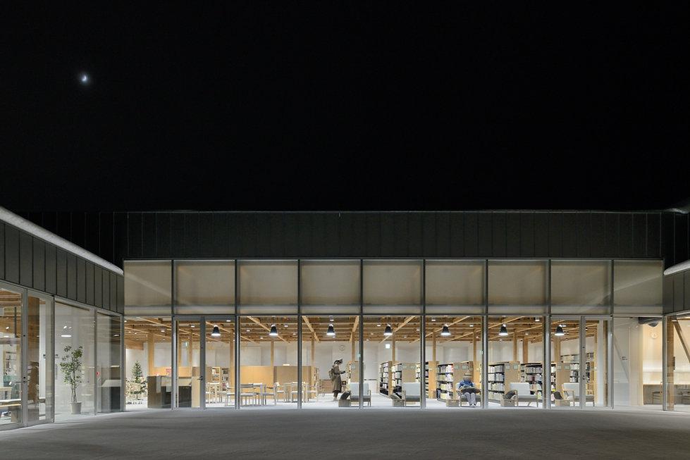 【佐藤文昭】中庭から図書室夜景_.jpg