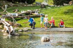 Steinehuepfen am Filzalmsee in Brixen