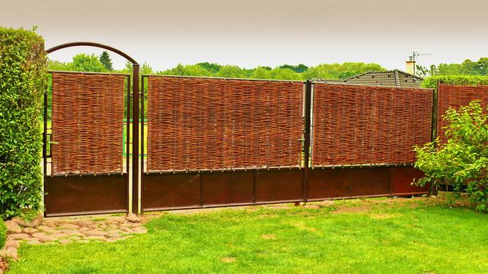Panely proutěných plotů od Naplot.cz na bráně u rodinného domu