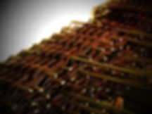 Proutěné obruby záhonů z vrbového proutí pletené staroanglickým vzorem. Ten našim záhonkům dodává jedinečnou plasticitu a masivnost, která dá vyniknout krásnému vzoru. Staroanglický vzor má dvojnásobnou spotřebu proutí, což prodlužuje životnost záhonů.