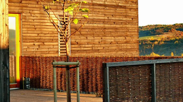 Proutěné ploty k zastínění terasy u moderního domu