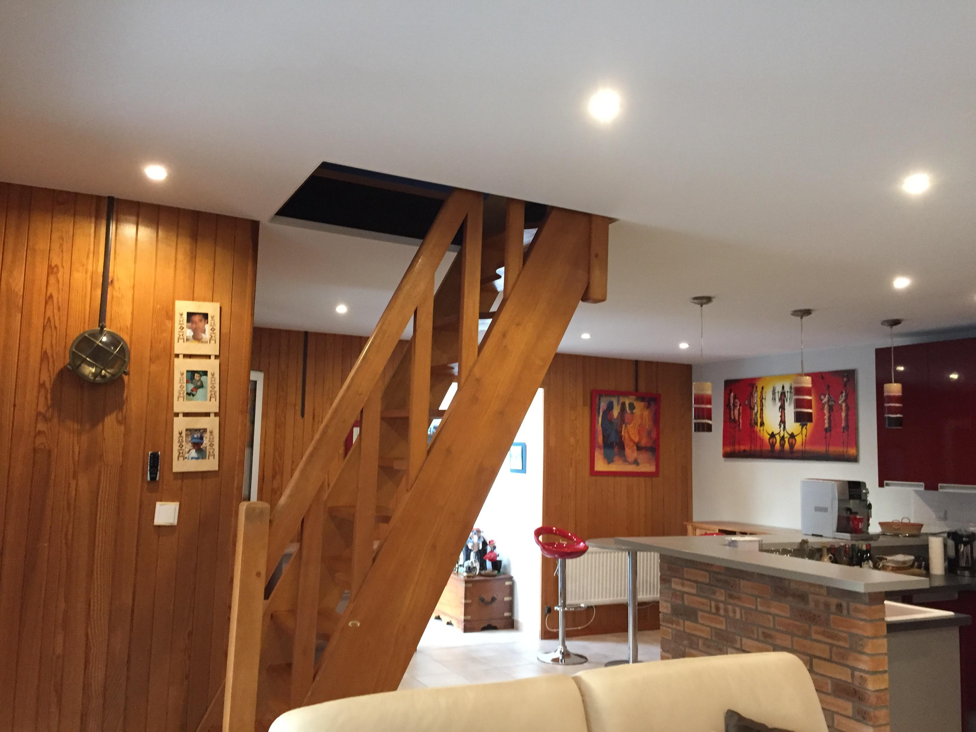 Plafond tendu avec trémie d'escalier