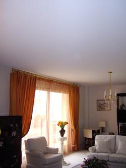 Plafond tendu salon avec lustre