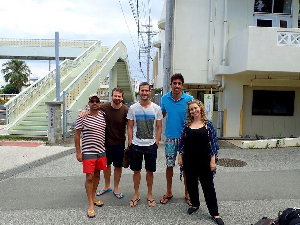 """Pedro Andrade e a equipe do programa """"Pedro pelo Mundo"""" da GNT no Aloha Divers Okinawa"""